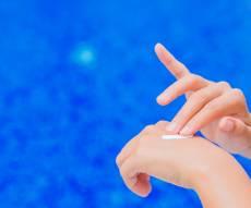 למה צריך למרוח קרם הגנה גם על הידיים?
