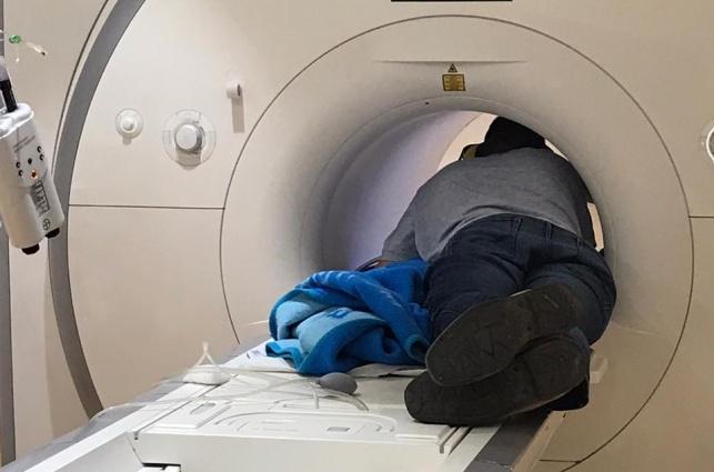 האב ובתו, בתוך ה-MRI