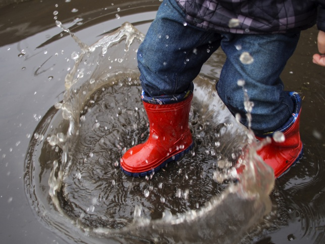 התובעת החליקה מהרצפה הרטובה מהגשם. אילוסטרציה