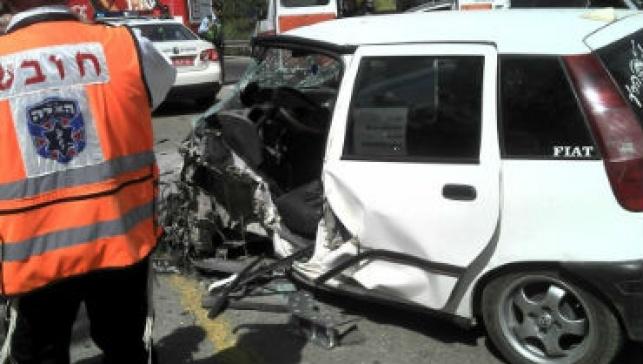 צפו בתיעוד: התנגש במשאית ונלכד ברכב