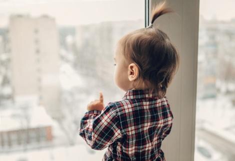 אילוסטרציה - שמים ילד בחלון? המשטרה תעצור אתכם