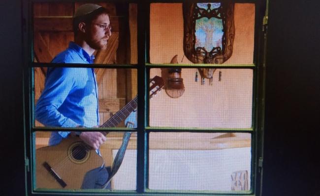 מאיר והגיטרה בימים שמחים יותר - הזמר יצחק מאיר איבד את הגיטרה האהובה שלו