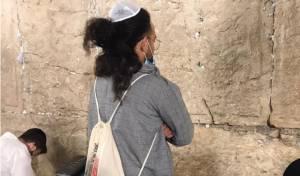 אלול: הזמר בניה ברבי התפלל בכותל המערבי