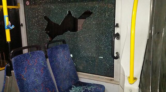 י-ם: אוטובוס ורכבים נרגמו באבנים; 5 נפצעו
