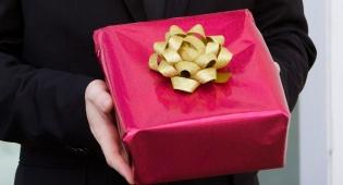 מדריך מתנות: מה להביא למארחים?