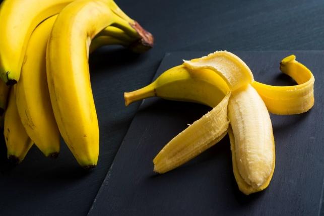 לא רק טעימה: כך בננה מלבינה שיניים