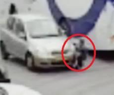 תיעוד התאונה - מפחיד: ילד קופץ למרכז הכביש - ונדרס. צפו
