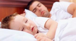 לישון עם הילדים במיטה? זו שינה גרועה לכולם