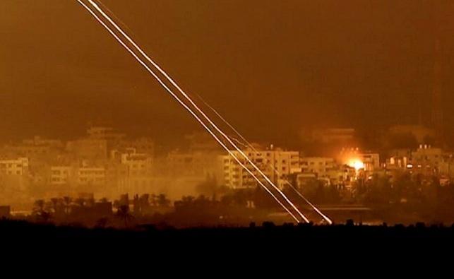 """בליל שבת: שיגורים לבאר שבע; צה""""ל תקף עמדות חמאס"""
