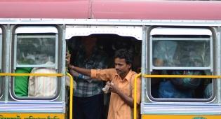אוטובוס בדרך לדלהי. אילוסטרציה - גרבי הנוסע באוטובוס הסריחו - והוא נכלא