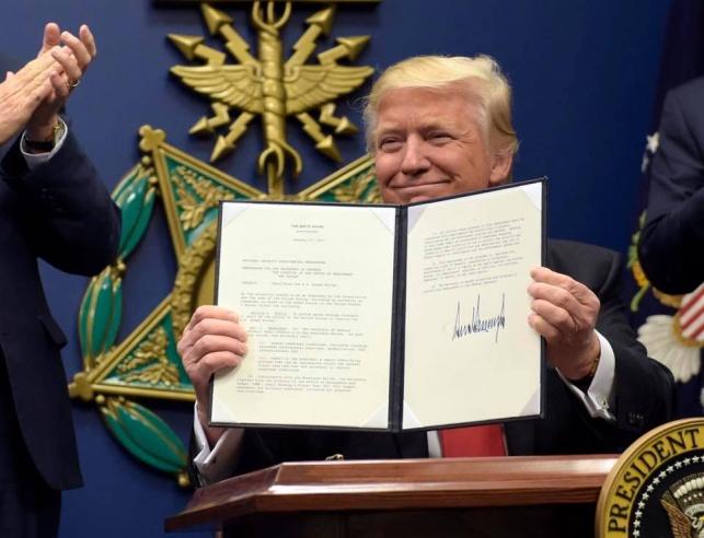 טראמפ מנופף בצו נשיאותי