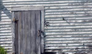 המחסן הקטן מסכל חיזוק ושיפוץ הבניין כולו. אילוסטרציה