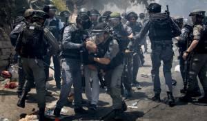 """שוטרים עוצרים מתפרע בירושלים - """"איש חינוך"""" הסית לרצח שוטרים; מעצרו הוארך"""