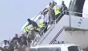 מטורף: השרים ירדו מהמטוס והופגזו • תיעוד