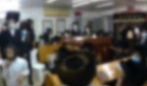 צפו: שוטרים פינו מתפללים באמצע סליחות