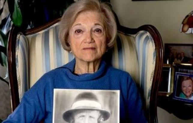 טובי לוי מחזיקה בתמונת סבה, שנרצח בשואה