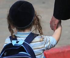 """אילוסטרציה. למצולם אין קשר לנאמר בכתבה - ה'בוחן' תקף ילד ולאמו נאמר: """"הוא ספרדי, תגידי לנו תודה"""""""