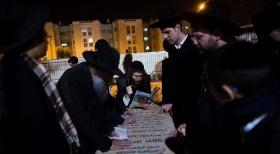 """תפילות בקבר הגר""""ע (צילום: יונתן זינדל, פלאש 90)"""