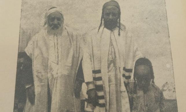 משמאל לימין: הרב עמרם קורח רבה של תימן, בנו הרב יחיא ונכדו הרב שלמה קורח רבה של בני ברק