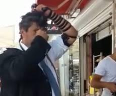 """צפו: מאיר חביב הניח תפילין בדוכן חב""""ד"""