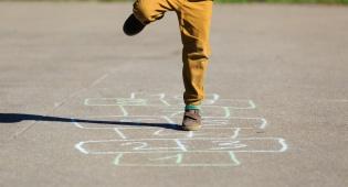 ילד משחק בחופש. אילוסטרציה