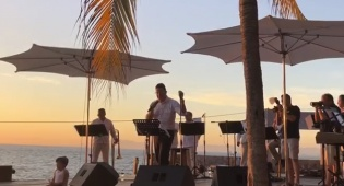 על רקע שקיעת מקסיקו • שוואקי שר את 'ירושלים של זהב'