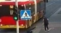 וידאו: נדחפה מתחת לגלגלי אוטובוס וניצלה
