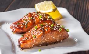 מהיר וקליל: סלמון בתנור ברוטב טריאקי עם מיונז וצ'ילי