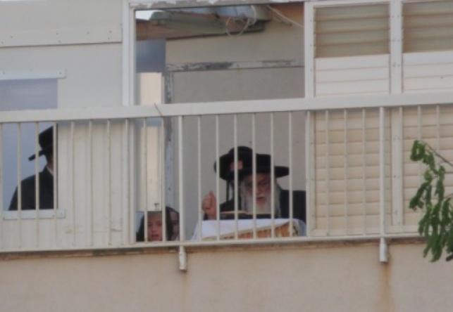בלי חסידים. הרבי במרפסת ביתו