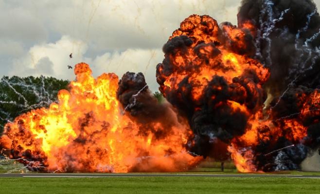 משאיות מתקרבות לאיטן - ומתפוצצות