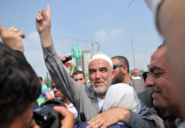 השייך חוגג עם תומכיו שחרור מהכלא בשנת 2010