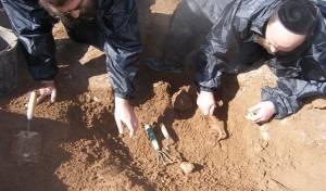 סינון עפר מעצמות מתים. אילוסטרציה - מגדלים על בית קברות או 'מגדלים באוויר'?