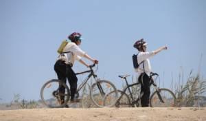 """רוכבי אופניים, אילוסטרציה - אלף ש""""ח קנס על דיבור בטלפון בעת רכיבה"""