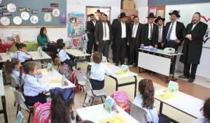 אריה דרעי וראש העיר מאיר רובנשטיין, אתמול - גם מחר: יותר מאלף בנות לא יפתחו את שנת הלימודים בביתר