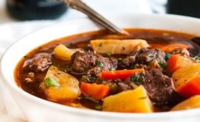 גולאש בשר עם ירקות שורש - איך להעמיד קדרת גולאש לשבת תוך 20 דקות
