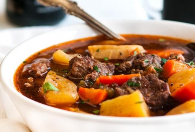 גולאש בשר עם ירקות שורש