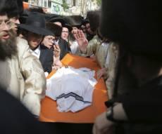 דרמה בהלווית הפעוט החרדי: המונים חטפו הגופה ונמלטו