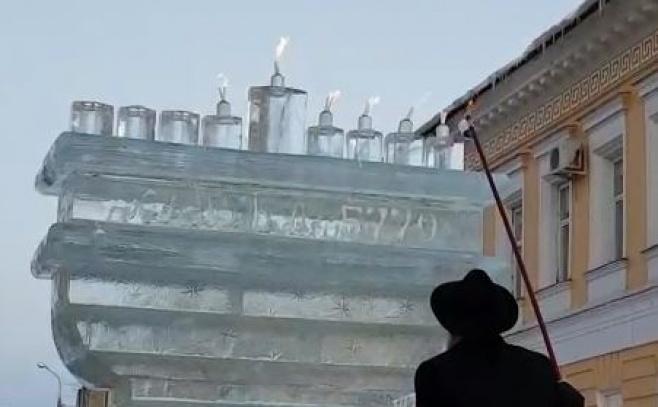 מרהיב: הדלקת נרות חנוכה בחנוכיית קרח