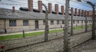 """מחנה הריכוז אושוויץ-בירקנאו בפולין - """"מאסר למי שיאשים את הפולנים בשואה"""""""