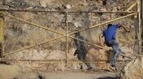 אילוסטרציה, פלסטיני חוצה את גדר ההפרדה