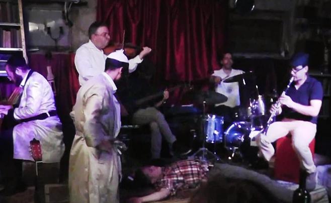 צפו בווידאו: המתאגרף הצטרף לריקוד תחיית המתים
