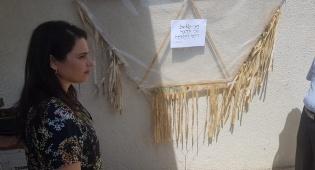 עם נשק שלוף: שקד ביקרה במנהרת טרור