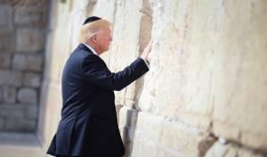 """טראמפ בכותל. ארכיון - טראמפ: """"מכבדים את קורבנות הנאצים"""""""