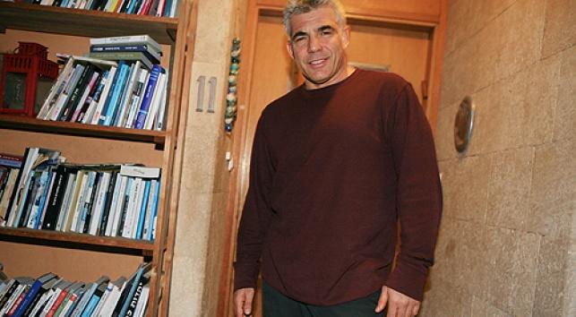 לפיד בפתח ביתו, השבוע (צילום: פלאש 90)