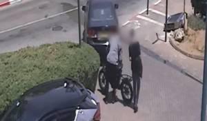 2 חשודים תועדו פורצים לדירה וגונבים רכוש