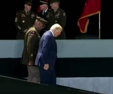 ביום הולדתו: טראמפ התקשה לרדת מבמה