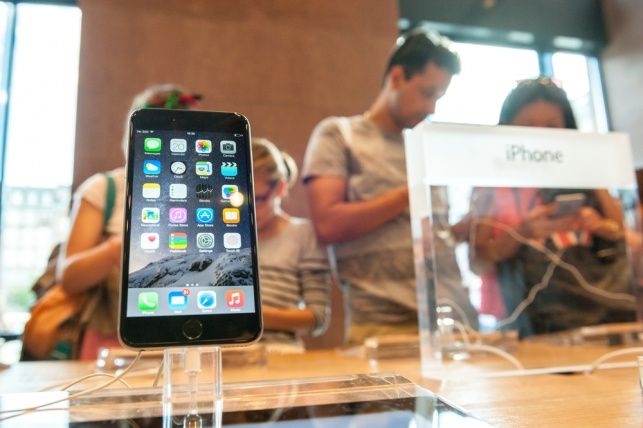 מכשיר אייפון בתצוגה
