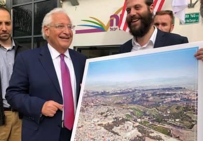 """השגריר והתמונה שעוררה סערה - תמונת בית המקדש והשגריר - הארגון התנצל: """"מעשה זול"""""""