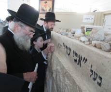 """הרב מרקוביץ התפלל ליד קבר הגרא""""מ שך"""