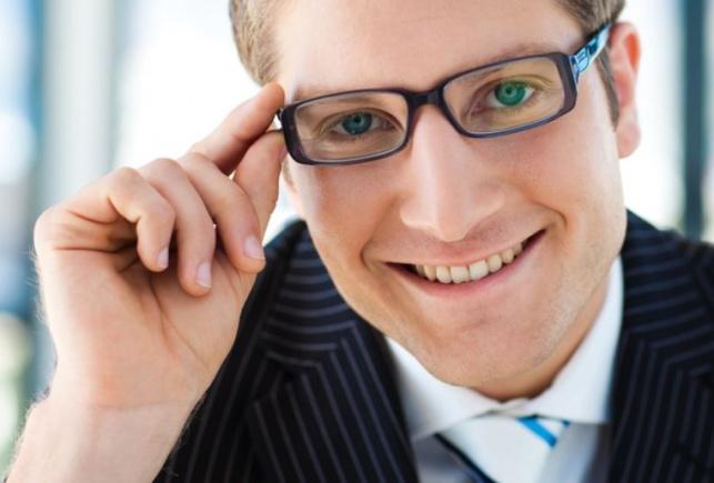 פוקחים עיניים. אילוסטרציה - משקפיים בחינם: חברי מכבי באשדוד פוקחים עיניים
